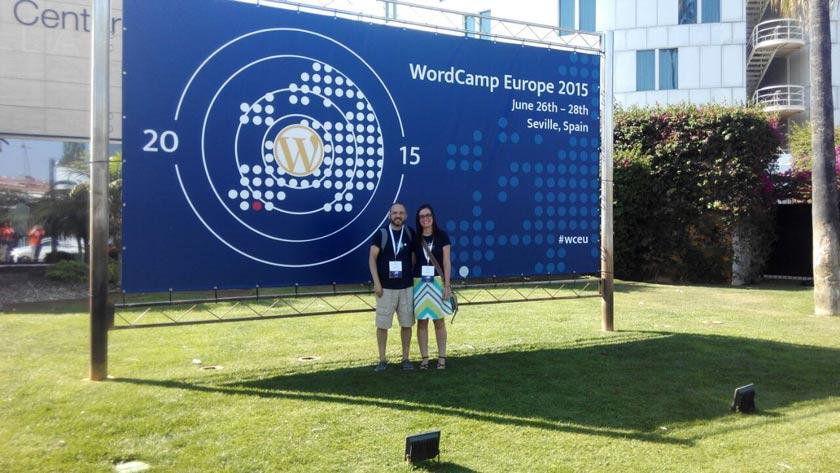 El dúo Pasquino, ya acreditados y con la camiseta oficial de la WordCamp Europe.