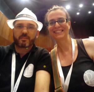 Los dos miembros de Pasquino, con nuestras camisetas corporativas, en la primera jornada de la WordCamp Europe.