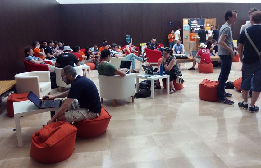 El director de Pasquino, Antonio Sangiao, trabajando en un descanso de la WordCamp.